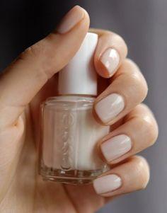 Minimalistyczny manicure: delikatne zdobienia