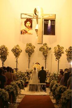 Así es como luce la Iglesia de Nuestra Sra. De Líbano con estos enormes diseños con estilo diferentes a los clásicos en el altar, muchas jardineras y hermosos corsages que se colocaron en las bancas todo a base de lilis, casablancas con follajes varios.