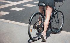 L'artiste espagnol Marc Figueras nous en met plein les yeux avec ces peintures hyperréalistes de rues de Barcelone avec des femmes au guidon de leurs vélos.