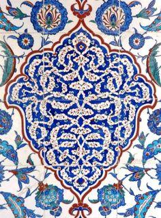 SULTAN III. MURAD TÜRBESİ Duvar çinisi (karo)  Üslup:Hatayi grubu motifleri, bulut - 1599