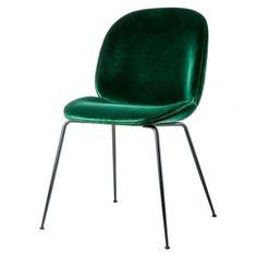 L'assise et le dossier de la chaise Beetle sont créés en utilisant la technique du placage stratifié moulé, ils sont recouverts d'un très beau velours vert , avec un détail de passepoil noir. Le piétement en contraste est fabriqué en métal recouvert de peinture noire époxy.