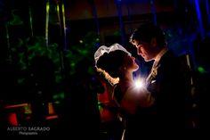 """Seguro que si quieres casarte en Madrid te estarás preguntando cuánto cuesta un fotógrafo de bodas  Hoy entramos en un tema controvertido, el presupuesto de un fotógrafo de bodas en Madrid, donde parece que sólo por llevar la palabra """"boda"""" cualquier producto o servicio se dispara. ¿Dónde están las claves y en qué hay que fijarse?"""