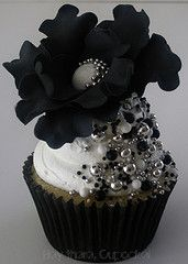 AMAZING ideas on this website for wedding cupcakes - black and bling cupcakes!