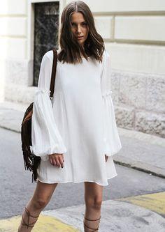 look-vestido-branco-estilo-seventies-com-gladiadora