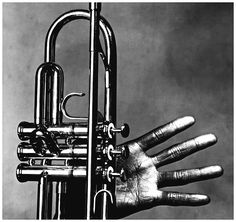 Miles Davis sa main et sa trompette © Copyright Irving PENN