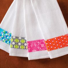 Good idea for fabric scraps: Crafts-n-Things embellished towels project. Easy Sewing Projects, Sewing Projects For Beginners, Sewing Hacks, Sewing Crafts, Diy Crafts, Dish Towel Crafts, Dish Towels, Tea Towels, Hand Towels