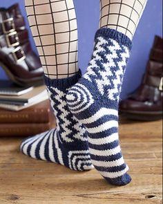 Красивые носки спицами. Верх получится двойной и тёплый из-за жаккарда, а низ тонкий, чтобы в обувь.
