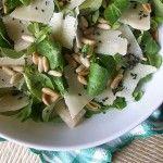 Insalata di songino con Parmigiano Reggiano e pinoli, ricetta veloce.