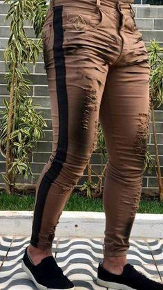 Detalhes do Produto: - Produto: Calça Skinny Destroyed Ferrugem - Marca: Codi Jeans - Tecido: Algodão / Elastano - Composição: 98% Algodão / 02% Elastano. - Modelagem: Calça Jeans Skinny. - Estampa: Sem estampa. - Características: Calça Jeans bem ajustada ao corpo, dois bolso na frente, dois bolsos e logo da marca parte de trás em silk, fechamento frontal com ziper e um botão, detalhes de rasgos frontal e faixa red lateral. - Instruções de lavagem junto à etiqueta do produto - Garantia… Teen Jeans, Denim Jeans Men, Big Men Fashion, Denim Fashion, Moda Jeans, Colored Skinny Jeans, Patterned Jeans, Stylish Mens Outfits, Slim Pants