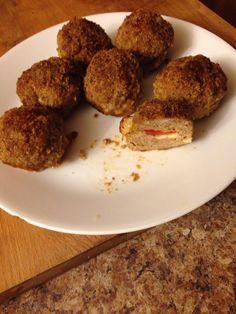 Kulki mięsne z czerwona papryka i kawałkiem sera
