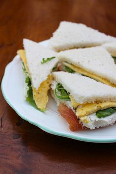 Omelet sandwich with Rucola, ham and red onions Tea Snacks, Yummy Snacks, Yummy Food, High Tea Sandwiches, Wrap Sandwiches, Tea Recipes, Lunch Recipes, Easy Salads, Easy Meals