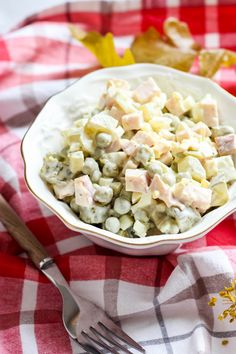 Sałatka z wędzonym kurczakiem i ogórkiem kiszonym ⋆ M&M COOKING Pasta Salad, Feta, Salad Recipes, Potato Salad, Salads, Food And Drink, Cheese, Cooking, Ethnic Recipes