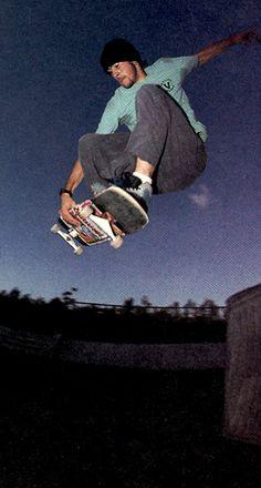 Jason Lee jumps over a trash can. Skateboard Photos, Skate Photos, Skateboard Art, Skateboard Wheels, Jason Lee, Photographie Portrait Inspiration, Skater Boys, Skate Surf, Dynamic Poses