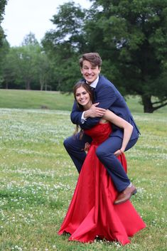 funny Prom Poses funny Prom Poses More from my site Prom Pictures Poses Outdoor Halloween Costume Couple, Couples Halloween, Best Couples Costumes, Couple Costumes, Prom Pictures Couples, Prom Couples, Prom Photos, Prom Pics, Teen Couples