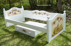 Az ágykeret - Anna névreszóló tömörfenyő indásvirágos-manós mintával festett fehér gyerekágy. Fotó azonosító: AGYANN34