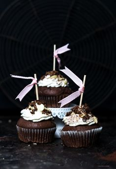 Chocoholic-Cupcakes mit Pralinen-Füllung und Sahne-Topping. Hallo ihr süßen Kalorien, kommt zu Mama!
