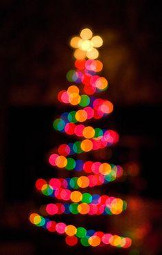 Pino fondo negro y luces de colores con efecto bokeh