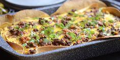 Tærten er lavet i bradepande, så det er nemt at skalere opskriften op og ned. Mexican Food Recipes, Ethnic Recipes, Squash, Quiche, Tacos, Lunch Box, Food And Drink, Pasta, Dinner
