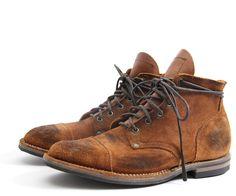 Nigel Cabourn x Viberg Service Boot    Le designer britannique Nigel Cabourn s'est associé à Viberg pour concevoir une version originale en cuir retourné et volontairement vieilli de la Service Boot, l'un des grands classiques de la marque canadienne.