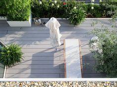 Moderne Design Terrasse mit den grauen massiven WPC Terrassendielen von MYDECK (online bestellbar)