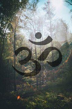 """O Om (ॐ) é o mantra mais importante do hinduísmo e outras religiões. Diz-se que ele contém o conhecimento dos Vedas e é considerado o corpo sonoro do Absoluto, Shabda Brahman. O Om é o som do universo e a semente que """"fecunda"""" os outros mantras.(Wikipédia)"""