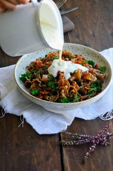 Pastasauce lavet på blomkål er den perfekte sundere sauce til pasta - lovely pins Veggie Recipes, Pasta Recipes, Real Food Recipes, Vegetarian Recipes, Healthy Recipes, Healthy Snacks, Healthy Eating, Dinner Is Served, Dinner Sides