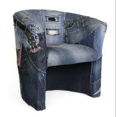 Just Jeans is als het ware een explosie aan spijkerbroeken, dit zorgt voor een stoel vol zakken, ritsen, knoopsgaten en broekspijpen.  Enkel stuk