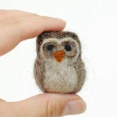 Needle Felted Owl Tutorial - Easy project to get started with needle felting Felt Owls, Felt Birds, Needle Felted Owl, Wooly Bully, Owl Photos, Needle Felting Tutorials, Owl Crafts, Art Textile, Felt Diy