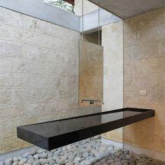 Casa Uro, Monterrey, México. Projeto do arquiteto Oziel Contreras. #interiores #arquiteturaeinteriores #arte #artes #arts #art #artlover #design #interiordesign #architecturelover #instagood #instacool #instadaily #furnituredesign #design #projetocompartilhar #davidguerra #arquiteturadavidguerra #shareproject #banho #bathroom #bathroomdesign #ozielcontreras #casauro #mexico #monterry