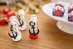 Tubetes com chocolate e âncora. Festa pirata, mesa Jake e os Piratas da Terra do Nunca, aniversário infantil