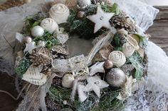 Ein zauberhaft schöner sehr lange haltbarer Kranz aus handgebundenen Stoffrosen, Hortensien, Glaskugeln und liebevollen Kleinigkeiten..... Einfach zum träumen.... Durchmesser ca. 36 cm Christmas Wreaths, Holiday Decor, Etsy, Garden, Vintage, Xmas, Christmas Ornaments, Goodies, Simple