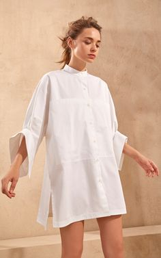 Piece of White Kelly Pocket-Detailed Back Buttoned Cotton Poplin Shirt Minimalist Fashion Women, Minimal Fashion, White Fashion, Hijab Fashion, Runway Fashion, Girl Fashion, Fashion Dresses, Fashion Design, Wabi Sabi