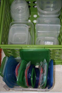 Separe os potes por formato, acomode-os em um cesto plástico, e concentre as tampas em outro recipiente.