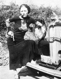 Gangsterbraut:  Bonnie Parker, hier aufgenommen zwischen 1932 und 1934, war 19...