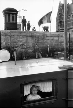 Willy Ronis, Ecluse à Anvers - France Photography, City Photography, Children Photography, Black And White City, Black White Photos, Black And White Photography, Willy Ronis, Robert Doisneau, Frame Within A Frame