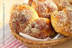 Mucenici moldovenesti - sweet bread with walnuts Romanian Desserts, Romanian Food, Romanian Recipes, Sweet Dough, Home Food, World Recipes, Recipe Images, Pinterest Recipes, Sweet Bread