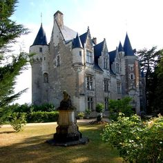 Le Château de Montrésor, un des plus beaux châteaux de la Loire est entièrement meublé et n'a pas changé depuis 150 ans.