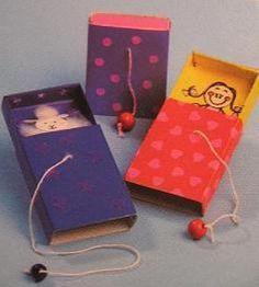 Versier een luciferdoosje met gekleurd papier, stickertjes e.d. en teken of plak een klein poppetje in het doosje. Trek met …