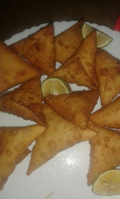 This is how to make the samosa wraps. I will cover how to prepare the filling on another post. Add flour, a pinch of salt and a table spoon of oil in a bowl. Samosa Recipe, Snap Food, Food Snapchat, Indian Street Food, Cooking Recipes, Healthy Recipes, Aesthetic Food, Food Cravings, Food Photo