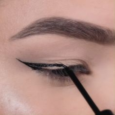 Easy Black Eyeliner Tutorial - Watch Aimeé ( create a classic cat eye with our the Maybelline Tattoo Studio Liquid Ink Liner. Applies glossy but dries to a matte finish. Eyebrow Makeup Tips, Makeup Tutorial Eyeliner, Makeup Looks Tutorial, Eye Makeup Steps, Makeup Eye Looks, Eyeliner Looks, No Eyeliner Makeup, Makeup Videos, Skin Makeup