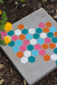 Pretty DIY Stepping Stones for Your Garden – Diy Garden İdeas Painted Stepping Stones, Mosaic Stepping Stones, Homemade Stepping Stones, Decorative Stepping Stones, Garden Crafts, Diy Garden Decor, Garden Decorations, Garden Art, Stencil Concrete