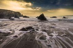 """""""Am Wasser"""": Hier findet ihr wunderschöne Fotos von Seen und Meeren. Reinschauen lohnt sich! #Wasser #Fotografie #Meer #Steine #Felsen #Ufer #Sand #Foto"""