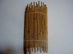 Arandela com armação em ferro, recoberta com bambuzinhos amarrados com fibra natural....