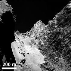 """La región pedregosa suave denominada """" #Hapi """" en el cuello del #cometa, con la cara del #acantilado #Hathor a la derecha. Foto: ESA / Rosetta / MPS para OSIRIS equipo MPS / UPD / LAM / IAA / SSO / INTA / UPM / DASP / IDA"""