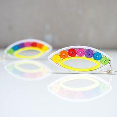 Dropp Colorextra Dropp jsou náušničky srolované z úplně běžného barevného papíru. Technika na to použitá se nazývá quilling, avšak krapet upravená (přáníčka mě moc nebaví :) ). Srolované papírky sroluju do tvaru kruhů, vymačkám do odpovídajicích tvarů, připevním a pořááádně matným lakem přelakuju. Náušky pevně drží tvar (lak umí úplné zázraky). ...