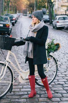 XXL Blazer im Winter mit Schal und Handschuhen und dicken Pulli darunter