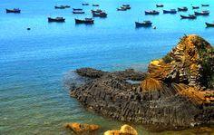 Phu Yen - Viet Nam Phu Yen has very long coastline, up to 189 km, so it owns many beautiful beaches. The most famous beach is Ganh Da Dia.