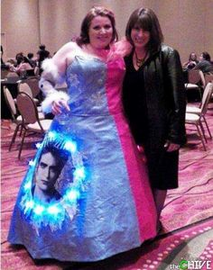 Twilight Prom Dress Fail - No Way Girl You Can't Be Serious!: This girl can't be serious. A twilight dress for prom? You are a laughing stock. Worst Prom Dresses, Prom Dress Fails, Ugly Dresses, Formal Dresses, Prom Outfits, Weird Dresses, Elegant Dresses, Prom Photos, Prom Pictures