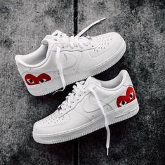 This is a pair of Nike Air Force with an iconic heart logo on the Damenschuhe Sneakers Converse Sneaker, Sneakers Nike, Sneakers Workout, Sneakers Women, Nike Shoes Air Force, Air Force Sneakers, Air Jordan Sneakers, Nike Air Force Ones, Aesthetic Shoes