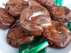 Andes Mint Cookies Recipe- they are so easy to make! Only 4 ingredients! Andes Mint Cookies Recipe- they are so easy to make! Only 4 ingredients! Andes Mint Cookies Recipe- they are so easy to make! Only 4 ingredients! Köstliche Desserts, Delicious Desserts, Dessert Recipes, Yummy Food, Dessert Healthy, Plated Desserts, Tea Cakes, Food Cakes, Holiday Baking
